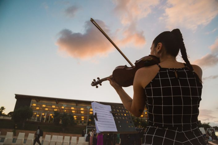 Cóctel ambientado con violín