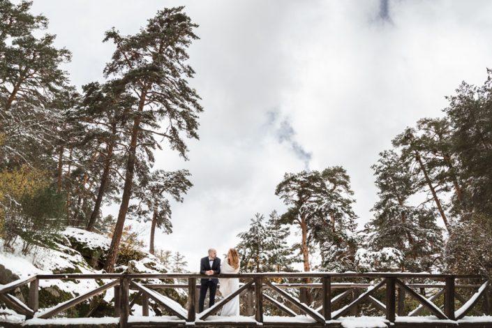 Postboda: pareja de novios en puente