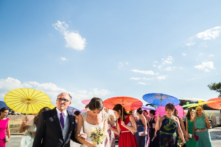 Sombrillas de colores para acompañar a la novia