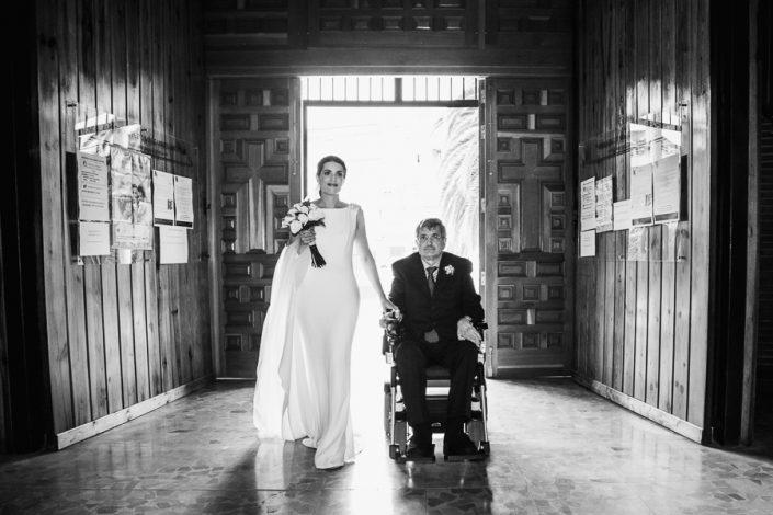 Reportaje de boda la entrada de la novia